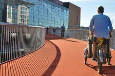 """A """"Cykelslangen"""" ´é uma ciclovia suspensa recém-inaugurada em Copenhangue, Dinamarca. Com segurança e conforto, a ciclovia facilita o acesso para vários pontos da cidade."""