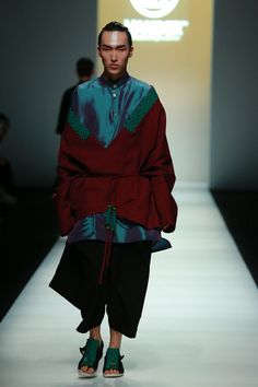WANDER unveiled its Spring/Summer 2015 collection during Shanghai Fashion Week. The brand is inspired by a fusion of traditional chinese culture, global travel, tales, fantasy and mythology.