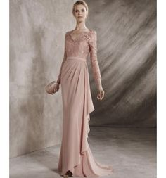 Vestido de madrina cuerpo de guipur y con drapeado en la cintura