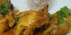 Colocar o frango aos pedaços num tacho e juntar os restantes ingredientes.  Deixar cozinhar. Servir com os coentros picados na hora por cima do frango.