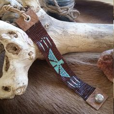 This Turquoise Thunderbird Miyuki Bracelet is made from Japanese Miyuki beads and is finished with genuine leather. The lenght is adjustable so 1 size fits all. Lenght: 15,5 cm (Measured without the leather cord) Width: 2,2 cm Deze Miyuki Turquoise Thunderbird Armband is gemaakt van