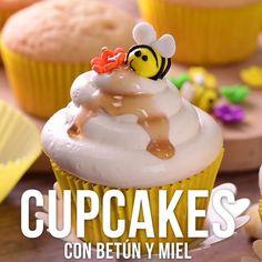 Prepara estos lindos cupcakes con betún de miel, una delicia que podrás compartir con tus hijos en casa o en cualquier evento. Son muy sencillos de hacer y tienen un sabor único.