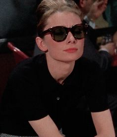 Audrey Hepburn Brasil — Audrey como Holly Golightly em Breakfast at. Audrey Hepburn Brasil — Audrey como Holly Golightly em Breakfast at. Audrey Hepburn Style, Audrey Hepburn Breakfast At Tiffanys, Retro, Holly Golightly, Lauren Bacall, Classic Actresses, Old Hollywood, My Idol, Style Icons