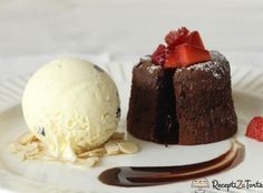 Satisfy your sweet tooth with Kemps' decadent Chocolate Lava a la Mode! Gourmet Desserts, Frozen Desserts, Easy Desserts, Dessert Recipes, Brze Torte, Rodjendanske Torte, Chocolate Lava, Decadent Chocolate, Chocolate Lovers