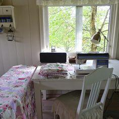 Mesa sob a janela. Luminária.
