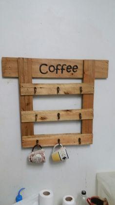 Pendurar canecas/xícaras à base de madeira e ganchos.
