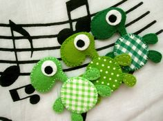 Esmeralda the turtle felt brooch or magnet por mirkajakabova