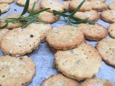 Glutenfrie kjeks med rosmarin & havsalt | Pappa uten gluten Gluten Free, Vegetarian, Cookies, Desserts, Food, Drinks, Glutenfree, Crack Crackers, Tailgate Desserts