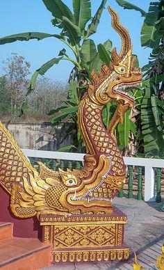 2013 Photograph, Wat Kantharam Phra Ubosot Naga emerging from the mouth of a Makara (Sea Dragon), San Klang, San Pa Tong, Chiang Mai, Thailand, © 2016. ภาพถ่าย ๒๕๕๖ วัดคันธาราม พระอุโบสถ นาคโผล่ออกมาจากปากของมกร ต.สันกลาง อ.สันป่าตอง จ.เชียงใหม่ ประเทศไทย