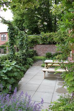 Kleine Stadstuin met weelderige beplanting, steigerbuizen pergola, betontegel, grind. Pergola, Sidewalk, Patio, Garden, Outdoor Decor, Moodboards, Walkways, Landscapes, Gardens