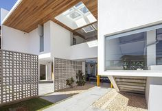 Cool Contemporary House Inspiration from Brasilia: Luminous White Details Linhares Dias House Entrance Area Involving Wooden Cantilever And . Residential Architecture, Amazing Architecture, Modern Architecture, Modern Properties, Design Exterior, Property Design, House Entrance, Modern Interior Design, Home Deco
