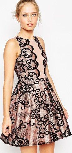 Vestido invitadas de boda a media pierna metalizado con diseño festoneado de ASOS Premium #vestidos #moda