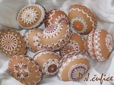 Drop pull on brown eggs by Pavlina Jurcikova Egg Crafts, Easter Crafts, Diy And Crafts, Carved Eggs, Egg Tree, Plastic Eggs, Egg Designs, Egg Decorating, Tole Painting
