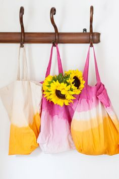 Coole Jutebeutel selber machen | Batik Stofftasche | DIY Dip Dye Market Tote Bag by @cydconverse Tie Dye Bags, Tie Dye Crafts, Diy Accessoires, Diy Tote Bag, Tote Bags, Simple Bags, Summer Diy, Summer Beach, Dip Dye