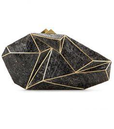 ... mal kantig-massiv wie ein kostbarer fossiler Stein. Das Besondere daran? Die Clutch sieht aus jeder Perspektive anders aus!