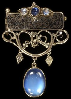 An Art Nouveau pin/brooch, gold decorated with sapphire & moonstones, ca. 1912 ~ by Reginald Pearson | JV
