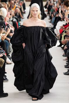 The complete Valentino Spring 2019 Ready-to-Wear fashion show now on Vogue Runway. Spring Fashion Trends, Fashion Week, High Fashion, Fashion Show Collection, Couture Collection, Couture Fashion, Runway Fashion, Paris Fashion, Latest Fashion