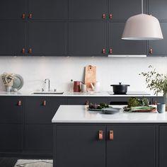 | KÖK | Vill du ge ditt kök en varm och inbjudande känsla så är Bistro i färgen peppargrå något för dig.  Bänkskivan som heter Lagoon, är i kompositsten. Bänkskivans färg passar väldigt bra till gråa kök då den lyfter den grå färgen till en helt ny nivå och gör köket mer levande.  #bänkskiva #kök #Bistro #gråttkök