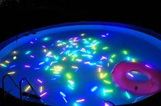 Bâtons lumineux dans la piscine