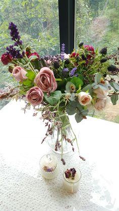 식탁 위에 꽃. 조화. 사방화. 유리화기에 핸드타이드 기법.