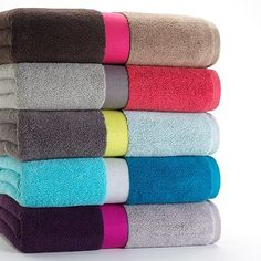 9 Colorblock Bath Towels Such an awesome idea! There are three colors to choose from for the bath accessories. Bathroom Towel Decor, White Bathroom, Bathroom Ideas, Shower Ideas, Home Gadgets, Hacks, Bath Towels, Linen Towels, Cotton Towels