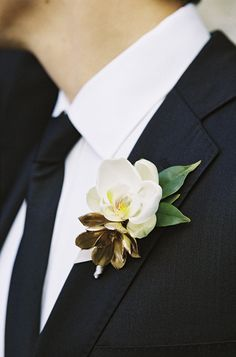 Good sized boutonnière for groomsmen, like the combination of the white gold and dark green.