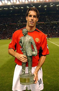 Ruud van Nistelrooy with the Sir Matt Busby Player of the year award 2002 presented to him before the FA Barclaycard Premiership match between Manchester United v Middlesbrough at Old Trafford. Get premium, high resolution news photos at Getty Images David Beckham Manchester United, Manchester United Legends, Manchester United Players, Manchester England, Real Madrid Cristiano Ronaldo, Cristiano Ronaldo Manchester, Man Utd Squad, Ruud Van Nistelrooy, Matt Busby