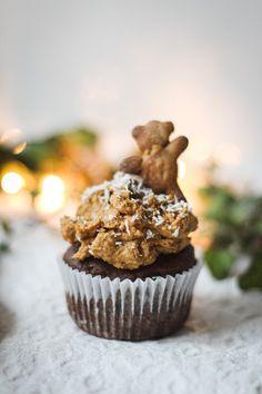 Lebkuchen, Kaffee und Muffins vereint in nur einem Dessert? Mit diesen veganen Lebkuchen-Kaffee Cupcakes ist das möglich! Probier doch mal ein Weihnachtsdessert der etwas anderen Art aus Muffins, Vegan Gingerbread, Coffee Cupcakes, Berry, Cupcake Cakes, Foodblogger, Breakfast, Desserts, Vegetarian Recipes