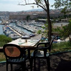 Une des plus belle vue de Marseille, le vieux port vu du restaurant Le Chalet, parc du Pharo Ville France, Belle Villa, France Europe, Provence France, Hui, Places To Visit, Restaurant, Paris, Explore