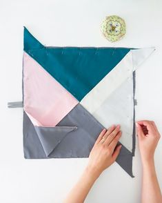 How to sew an Origami cushion cover. Stp by step tutorial and pattern How to sew an Origami cushion cover. Stp by step tutorial and pattern Sewing Tutorials, Sewing Projects, Sewing Patterns, Interior Design Ikea, Rideaux Design, Cushion Cover Pattern, Diy Home Accessories, Origami Folding, Diy Home Repair