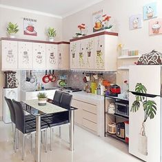 20 Desain dapur minimalis modern, bikin rumah makin kece Kitchen Room Design, Home Room Design, Kitchen Sets, Home Decor Kitchen, Kitchen Interior, Home Kitchens, Modern Small House Design, Room Partition Designs, Sweet Home
