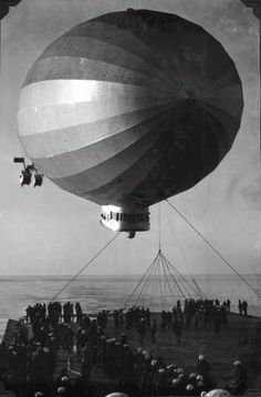 Airship USS Los Angeles landing on carrier USS Saratoga, 27 January (War History Online) History Online, Navy Aircraft, Air And Space Museum, Steampunk Design, Aviation Art, Historical Pictures, Aircraft Carrier, Dieselpunk, Old Photos