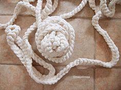 Ompele ketjusilmukoista matto – Maijalinnea Merino Wool Blanket, Crochet Necklace, Throw Pillows, Crafts, Decor, Toss Pillows, Manualidades, Decoration, Cushions