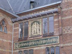 """""""Teekenen is schrijven en lezen tegelijk"""" Tegeltableau aan de zuidwand van de Teekenschool ontworpen door Georg Sturm met de drie Grati�n en een spreuk, Rik Klein Gotink, 2013"""