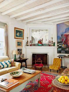 Keltainen talo rannalla: Väriä kolmella tyylillä