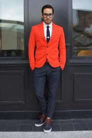 An orange blazer and navy chinos are solid sartorial weapons in any guy's sartorial arsenal. Complement this look with a pair of navy leather casual boots and ta-da: the look is complete. Outfits Hombre, Komplette Outfits, Trendy Outfits, Fashion Outfits, Mens Fashion Blog, Look Fashion, Fashion Menswear, Fashion Edgy, Fashion Images
