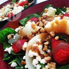 Salade van spinazie, aardbei en peer  Porties: 4  60 gr walnoten 1 (300 gr) zak spinazie 1 (300 gr) zak bindsla (romeinse sla), in stukken 120 ml balsamico vinaigrette 8 grote aardbeien 2 peren, geschild, zonder klokhuis en in schijfjes 1 (170 gr) bakje feta, verkruimeld 3 eetlepels balsamico vinaigrette