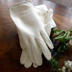 Ladies White Washable Leather Gloves, Lanolau Leather gloves, driving gloves,short gloves, button close, Size 6, Petite gloves, store stock