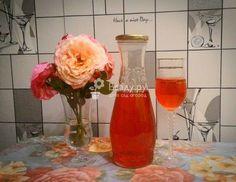 Настойка из красной рябины в домашних условиях готовится легко и просто, а вкус получается слегка терпким и насыщенным, с мягким тонким ароматом вишни