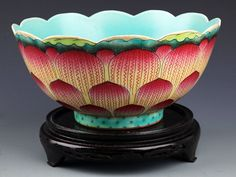 A FAMILLE-ROSE LOTUS FLOWER SHAPE BOWL. Qing Dynasty, H:4.25 in×D:8.75 in