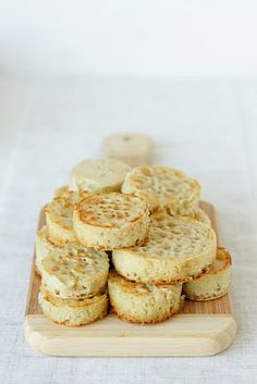 Always With Butter: English Crumpets. Love me some crumpets English Crumpets, Homemade Crumpets, Crumpet Recipe, Baby Food Recipes, Cooking Recipes, Brunch Recipes, Baby Finger Foods, English Food, Bread And Pastries