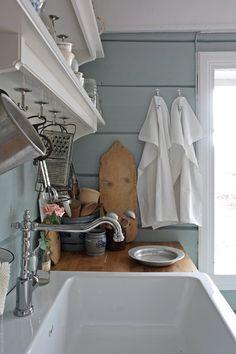 Svenngården: Før og etter: #prosjektGjerde - Kjøkken Kitchen Interior, Kitchen Design, Tidy Up, Clawfoot Bathtub, Cottage, Interior Design, Cabin Kitchens, Air Bnb, Cabin Ideas