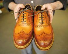 Sapato brogue, facil de notar pelo detalhe dos furos, tornando a peça mais casual