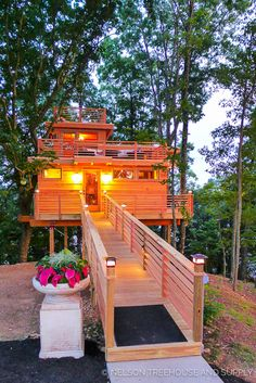 Awesome Treehouse Masters Design Ideas Will Make Dream 30 Beautiful Tree Houses, Cool Tree Houses, Frank Lloyd Wright, Treehouse Masters, Haus Am Hang, Building A Treehouse, Tree House Plans, Tree House Designs, Blue Forest