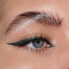 Green Eyeliner, No Eyeliner Makeup, Kiss Makeup, Makeup Art, Beauty Makeup, Face Makeup, Aesthetic Eyes, Aesthetic Makeup, Aesthetic Indie