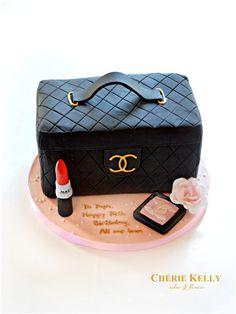 Chanel makeup bag case pouch cake with MAC lipstick and Chanel blusher Cherie Kelly London Bolo Chanel, Chanel Cake, Chanel Party, Make Up Torte, Make Up Cake, Girly Cakes, Fancy Cakes, Lipstick Cake, Mac Lipstick