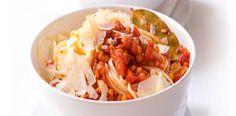 Olej rozpalte ve velké hluboké pánvi, přisypte cibuli, mrkev a celer a opékejte 15–20 minut, aby vše změklo. Na poslední 3 minuty dejte do pánve i...