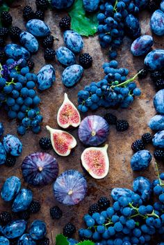 Fresh organic figs, grapes, prunes Photos Fresh organic figs, grapes, prunes and dewberry on wooden background by letterberry Vegetables Photography, Fruit Photography, Food Wallpaper, Iphone Wallpaper, Fruit And Veg, Fresh Fruit, Photo Fruit, Fruits Photos, Blue Fruits