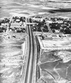Vista aérea de la N-II a su salida de Madrid hacia Barcelona (sentido norte) y la Ciudad Lineal. El gran edificio de la izquierda junto al puente son los Estudios CEA, situados en el antiguo Parque de Diversiones  ~ (1955)