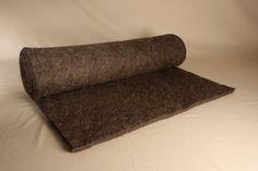 Nadelfilz in Rollen, 1 cm oder 2 cm dick, grau. Der Farbton variiert, je nach Verhältnis der gerade vorhandenen hellen und dunklen Wollen. Den Nadelfilz verarbeiten wir zu unseren Matten und Matratzen. Zugeschnitten eignet er sich als... Wool, Felting, Make Your Own, Handarbeit, Mattresses, Grey